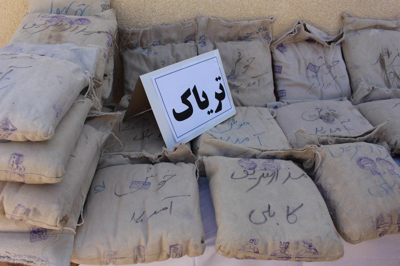 کشف بیش از ۷۰۰ کیلو گرم مواد مخدر در عملیات بامدادی پلیس کنگان + تصاویر